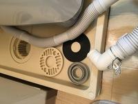 洗濯機の排水口の接続方法について  築30年ほどの賃貸アパートに引っ越してきました。洗濯機の排水口が今まで見たことのないタイプで、接続方法がわからず困っています。どなたか詳しい方教え てください、、