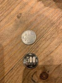 ドラッグストアでもらったお釣りの500円玉が他の500円玉と違います。よこにもNIPPON・500と文字が刻まれています。 これは偽物ですか? 偽物だったらどうすれば良いですか? (下が本物です)