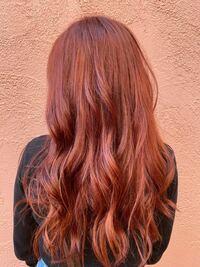 こんな髪色なんですが、 この髪色にムラシャンしても大丈夫ですか? ムラシャンは落ちた時のきいろみを抑える物だと 思いますが、前回この色に染めた時に4日ほどで ブリーチの色に戻ってしまい汚い色になって し...