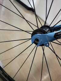 クロスバイクのエスケープr3のここの部品を失くしてしまいました。棒みたいなやつです。 なんという名称なのでしょうか? 普通の自転車屋さんでも売っていますか? このまま乗って移動したら 危ないでしょう  教えていただきたいです。
