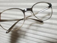 zoffのメガネをJINSに持って行き、レンズ交換を断られた方は どのようなレンズ又はフレームでしたか?  JINSへレンズ交換を頼みに伺った際に、「このレンズは特殊な加工で止められている(? )ため外す際にフレームが割 れてしまうかもなのでできない」と断られたので、zoffでレンズを外してもらい、もう一度JINSへ伺いましたが、「フレームが特殊なため出来ない」と再度断られてしまいまし...