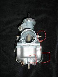 バイクのキャブレターのこの、エアベントパイプの小さな穴からガソリンが滲みます。 本来滲まないですよね? ガソリンが滲むのは、どこが悪いからなのでしょうか? バイクはTLR200です。