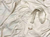 グローバルワークで買った服なんですけど この紐ってどうやって使うんですか、、 服には紐を通すところがウエストらへんに左右2箇所あります