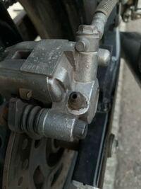 バリオスの1型に乗っているのですが リアブレーキの(写真でゆう)中心の丸い突起物は何ですか?  バイクに詳しい方よろしくお願い致します