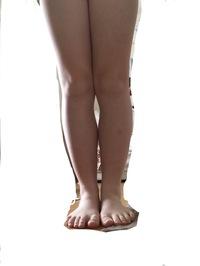 この太もも、隙間がありません。どうやったら隙間が出来ますか?内もものお肉を無くす方法を教えてください。 そして、見て分かる通りふくらはぎも隙間がないです。ふくらはぎも隙間を作る方法 を教えてください。 あと、この脚は太いですよね?