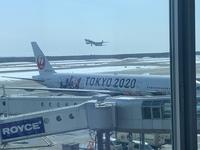 この写真がどこの空港か分かりますか?  ヒントはボーディングブリッジにある青い看板です。