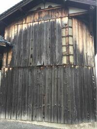 杉板外壁の補修について。 実家の納屋の外壁杉板が、ボロボロで先日の強風で飛んでしまいました。 板は反ってしまっていて、いつ落ちるかわからないので補修が必要です。  日曜大工的に補修出来るなら自分でしようと思います。 ハシゴ、工具等はあります。  補修方法は杉板に限らないのですが、簡単な方法はありますでしょうか。 雨風が防げられたら見た目はそこそこでいいです。  よろしくお願いします。