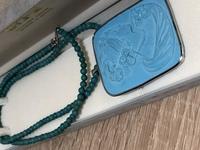 祖母が持っていたネックレスについて質問です。  トルコ石のようなネックレスですが、トルコ石ではないと言われました。 このネックレスに使われている石がなにかわかる方いらっしゃいました ら教えて頂きたいです。