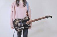 YouTuberのmukuchiさんが使用されてるこのギター、どこのものでしょうか。 マスキングテープでかくしてるので何かあるのかもしれませんが… この色の名前だけでも知りたいです。