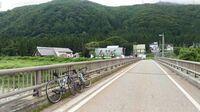大雑把な質問ですが関東で田舎の景色が楽しめる場所が知りたいです。東京都江戸川区に住んでいます。ロードバイクでいろいろな場所へ走りに行きましたが東京や千葉の道は景色が単調でつまらないです。 私がロードバイクで走りたいのは水田が広がっていて、山と川がある日本の原風景みたいな田舎道です。 画像は拾い物で新潟なのですが、こんな感じのいい感じの田舎道を教えてください