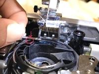 ミシンが壊れました。 上糸が下糸を引っ張るときに⭕️したところに引っかかって帰ってきません。なんででしょうか