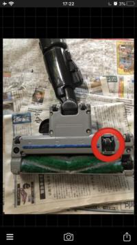 パナソニック製の掃除機 MC-SR34G のローラースイッチ(?)という部品が収納できなくなりました。 取説に書いてないので、わかる方お願いします。  掃除機、電化製品、Panasonic