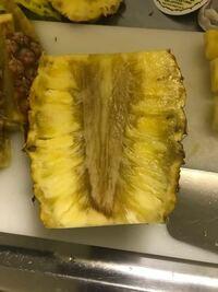木曜日にスーパーで購入した パイナップルを食べようと思いカットしたところ 中心部が黒くなっていました。 王蜜という台湾のパイナップルで芯まで 食べられるパイナップルのようですが これは芯の部分をカットし...