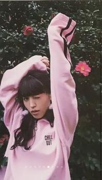 声優の逢田梨香子さんが着ているこのパーカーってなんのブランドかわかる方いらっしゃいますか? 見た感じビッグパーカーだと思うのですが、自分で探してもでてこないので、わかる方いたら教え ていただけると嬉しいです。