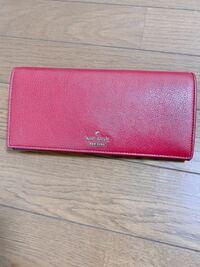 このケイトスペードの長財布は名前、定価がいくらか分かりますか? 貰い物なんですがフリマアプリ等でもこの財布を調べても出てこないので東京のデパートか沖縄限定だった気がします。そもそも日本国内の地域限定...