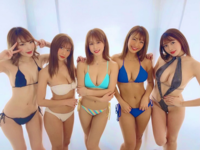 右から2番目の青い水着来た女性ってなんていう名前ですか?