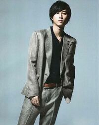 このSnowManの阿部亮平君って全身写ってる写真は無いですか??もともと膝で切れてますか?雑誌買った方教えてください。