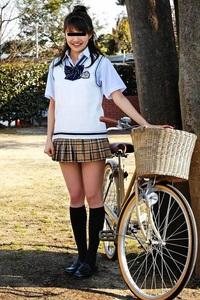 ミニスカートがよく似合った可愛らしい女性。  かなり短いですよね。  膝上何センチぐらいですかね?