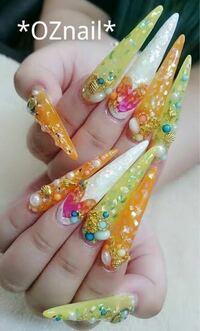 爪がめちゃめちゃ長い人って付け爪なんでしょうか? それとも本当の爪でしょうか?  めっちゃ長い人ってどうやって綺麗にしてるんでしょうか?汚くないですか?
