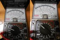 何ボルトの電圧か教えてください 。   2か月ほど乗らなかったバイク(125cc)のエンジンがかからず、 バッテリー(12V)のチェックをしてみました。 DC10V(写真左側)で確認したところ、針が振り切...