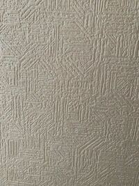 壁紙に関する質問です!賃貸のお家の壁に穴を開けてしまいました。自分で修理しようと思っているのですが、壁紙、クロスのメーカーがよくわかりません。この写真のクロスが置いてあるメーカーさんを知っている方...
