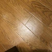 賃貸の床のワックスを剥がしてしまったかもしれません…。 生ゴミが入ったゴミ袋を2日ほど床に放置してしまい、捨てようとした際に水で床が濡れていることに気がつきました。焦って床を拭いたら ポロポロと何かが...