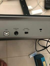 m-audio のMIDIキーボードOXYGENを購入しました。2点質問があります。 一つ目は、USBこーどが付いていなかったのでどの種類のコードを購入すればいいかわかりません。ちなみにキーボードの挿し口は下の写真です。パソコンはMacBook Proです。  二つ目にオーディオインターフェイスとMIDIキーボードは繋ぐことができるのでしょうか?できのならその方と使用するコードの種類を教えて...