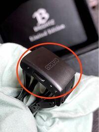 腕時計チタンベルトの黒です。 赤丸の箇所です。 DIYで再塗装したいのですが、塗料は?下地処理は? エアブラシ一式はあります。 塗装のコツ教えて下さい。