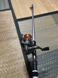 魚釣り全くの未経験です。 川釣りをしたいと思っているのですが、川釣りにおいて必要な道具を教えていただきたいです。ちなみに道具は写真の竿とリールしか持っていません。 あまり大きな魚を釣りたくないので小さな魚を狙いたいです。