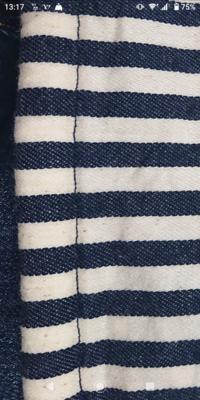 コットン生地の茶色い点?は汚れでしょうか。  1年ぶりに出してきたスリングの生地についている茶色い点が気になっています。 スリングの全体に点々とついています。 コットン生地特有のも のであれば良いのですが、カビや汚れでしょうか? 購入時点でこの点が着いていたかは覚えていません。 人に譲る為にチェックしたら気になりました。 カビ汚れなら譲るのはやめようと思いますので教えて下さい。...