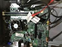 Lenovo H520s の電源が入らなくなったため、中を開けてみました すると電源が中に入っておらず、マザーボード内蔵なのでしょうか? usbから電力供給をするので下の方のusbポートからusbを刺し て、電源を入れると、usbポートの上にある銀と青色の円柱がすごく発熱します。 マザーボードが壊れてるのでしょうか? もし、マザーボードとatx電源を買い換えれば治りますか? 上側は...