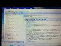 プログラミングについて質問です。 左がcssで右がHTMLです。cssが反映されません。わかる方お願いします。