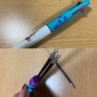 ディズニーの3色ボールペンです。 このように取り替えることが出来る(?)と思うのですが、 どこのボールペンか分かりません。 わかる方が居たら教えてください。 ノーブランドの可能性もあるかも(?)