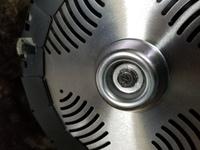 刈払機(ECHOのEGT220)を買いました。初心者なので、既に組みたてられてる物を買いました。刃を取り外して、ナイロンコードしたいのですが、固くて回せません。 どのようにすれば、外れますか?