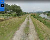 道路の舗装についてです。  この度、親が持つ土地の前の道路を舗装するかもしれないという話になりました。 そこで質問なのですが、写真を見ていただいて、  ①この道が幅2m(中央の土が見える部分の幅)、長さ1...