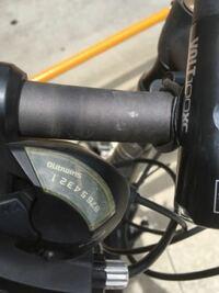 自転車のシフトレバーのプラスチックのカバーなのですが写真のように痛んで曇ってしまいました。 これと同じ交換用のパーツってネットで売ってないでしょうか? できれば自分で交換したいのですが、同型のものを見つけられなくて・・・。 型番などお分かりになられたら教えていただけないでしょうか? コーダーブルームのクロスバイク、RAIL700に標準でついていたものです。