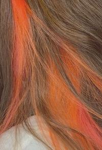 髪の色落ちについて。  インナーカラーにオレンジをいれました。 下記の写真のような髪色です。 思っていたより明るくなってしまい、違和感があるのですが、どのくらいの期間で色落ちします でしょうか?また色落ちしたらどのような色になるでしょうか。  色落ちしてから、染め直したいと思っているのですが、ブリーチした髪を暗めの茶色に染めることも可能でしょうか?  質問ばかりですみません。...