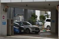 画像は横浜銀行の駐車場です。 ちょっと疑問に思うことがあるんですけど、車を画像の駐車場に停めて鍵を閉めようとドアノブ近くの鍵開閉ボタンを押しても反応しにくいことがあります。 こういう駐車場って反応し...