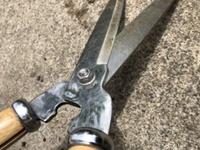 剪定ハサミの質問です。 ステンレス製の剪定ハサミなのですが 剪定しているうちに 緩んでしまいます。  接続部分に何かかませた方がいいんでしょうか?