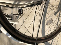 自転車で友達の自転車と挟まって車輪の針金みたいなのが取れてしまったんですけどこれはもうとってしまっていいのでしょうか。とっても何か影響はありませんか?