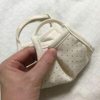 【縫い方質問】ガーゼマスクを小さくしたい こんにちは。 コロナの影響でネットでガーゼマスクを購入したのですがサイズが大きく、せっかく購入したので写真のように自分でサイズを小さくしようと思うのですが、どのように縫ったら良いかわかりません。 余分な部分をハサミで切ってから縫った方がよいのか、このまま重なった部分を縫えば良いのか。 どなたかアドバイスをよろしくお願いします。 ちなみにミシンは持って...