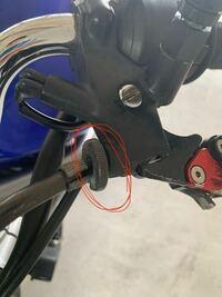 バイクのクラッチケーブルについている円盤の回す部品は売っていますか?。後、クラッチケーブルを購入すると付いているのでしょうか。写真の赤で囲っている部品です。