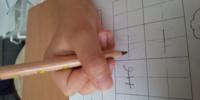鉛筆の正しい持ち方について 明後日に入学式を控えた小学一年生の息子のことです。 宿題で出されたひらがなの練習ですが、いくら書いてもうまく書くことが出来ず、ふと手元を見ると、鉛筆の持ち方が違うことに気...