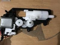 東京マルイのコルトm4a1カービンのモーターとギアなのですがトリガーを引いても動きません 中を開けて見たのですがモーター自体は回るのですがギアと合わすとギアが回りません 修理を出さずに 直す方法とかあり...