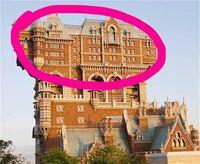 ディズニーシーのタワーオブテラーについての質問です。前にテレビでディズニーの都市伝説みたいなのでタワーオブテラーの上の階の部分に部屋があり、かつてその部屋にマイケル・ジャクソンが泊まった都市伝説なので すが、それは本当なのでしょうか。 それと上の階の部分は部屋になってるんですか??
