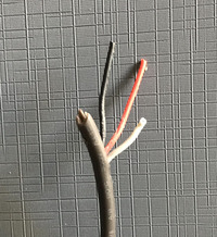 充電器に詳しい方にお聞きします。 普通、充電器のコードはプラスとマイナスの2本の線ですが、ダイソンの充電器のコードは3本(赤、黒、白)の線です。 3本目がアース線とも思えないんですが、なぜ3本か、わ...