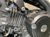 ホーネット250のエンジンに写真のような液漏れがあり気になった為、質問させていただきます。  洗車した次の日に30分程、走って帰宅したところ、写真のようなオレンジ色の液体がエンジンに付 着していました。...