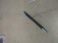 シャーペンの芯が出てこない。 100均のもので、なぜかシャー芯が出てきません。 前からくるっとして開けられないタイプです。