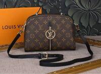 ルイヴィトンのこのショルダーバッグの 名前を教えてほしいです! モデルさんのインスタで見て 可愛いと思い購入したいのですが 公式サイトに載ってないし 調べるに調べれなくて… よろしくお願いします!