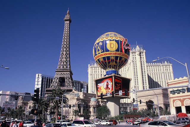 ラスベガスに詳しい人に質問です。 パリスホテルの気球の高さはどのくらいですか?